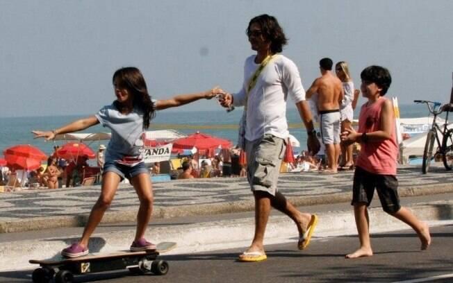 André Gonçalves passeia com os filhos