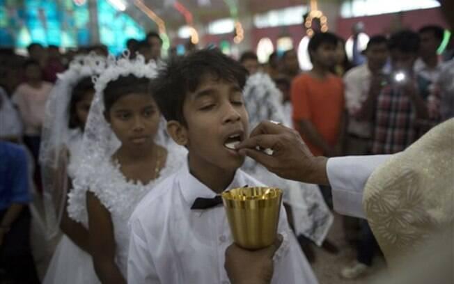 Crianças comungam na celebração de Páscoa, na Índia