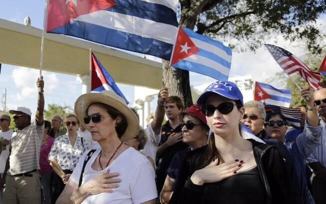 Josefina Chirino, à esq., e a sobrinha Kristina Adler, à dir., cantam hinos norte-americanos e cubanos durante protesto contra o plano de Obama em Miami (20/12)