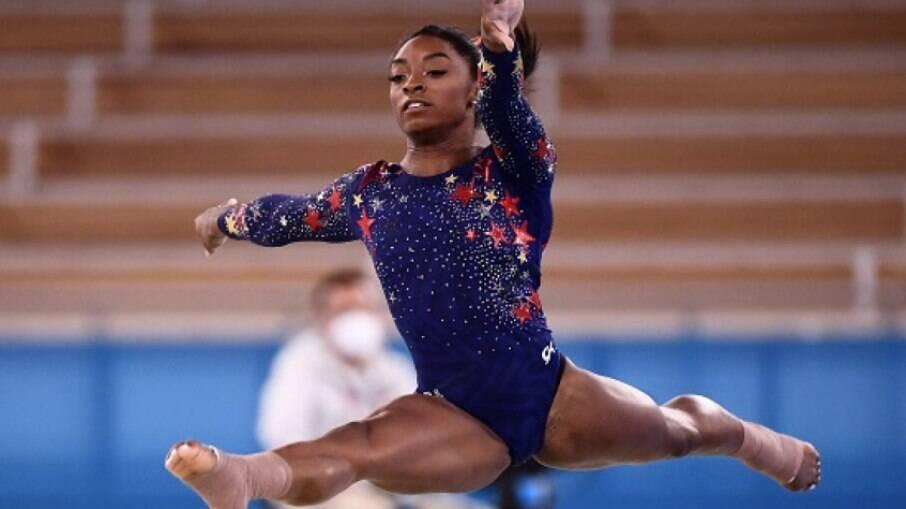 'É mais difícil ser atleta mulher, porque todo mundo reza pela sua queda', diz Simone Biles