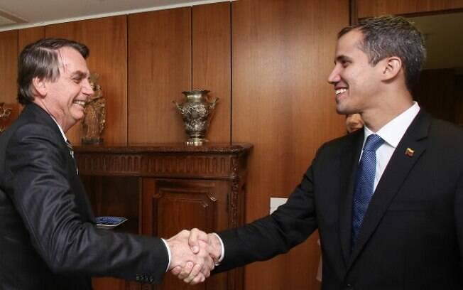 Bolsonaro cumprimentando o presidente autoproclamado Juan Guaidó