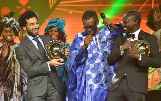Mohamed Salah com o prêmio de melhor jogador africano de 2018
