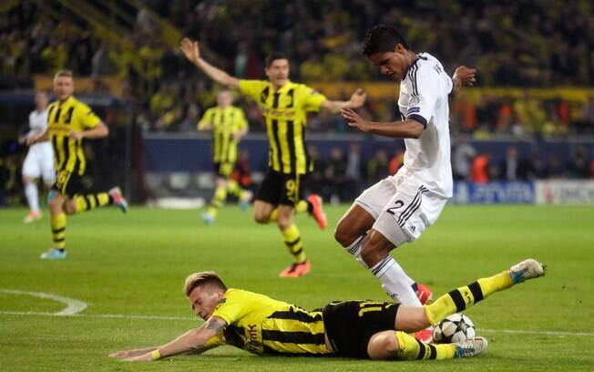 Marco Reus é derrubado por Varane