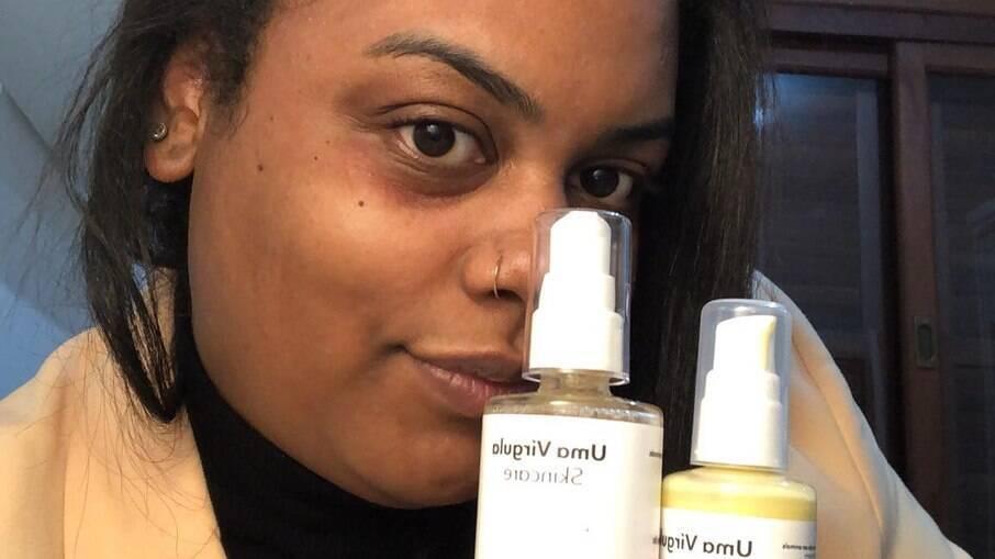 A repórter Mariana Quadros segura os produtos da Uma Vírgula