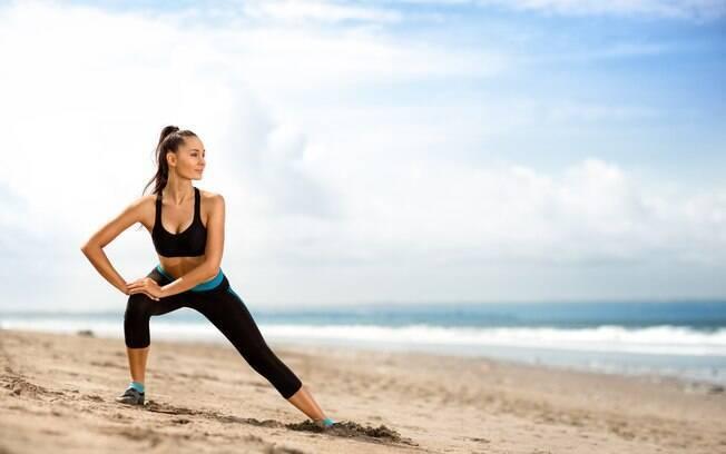 Durante o verão, se for passar as férias na praia, aproveite o ambiente para fazer um treino funcional