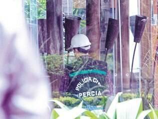Análises. Peritos passaram a manhã de ontem analisando o restaurante Santa Fé, atingido por um incêndio na noite do último domingo