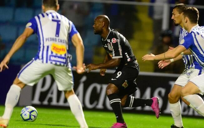 Love foi um dos destaques do Corinthians no empate contra o Avaí