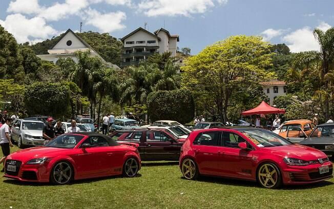 Carros expostos na principal praça de Águas de Lindóia, no interior de São Paulo