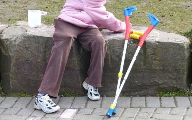 Pessoa com deficiência faz uso de muletas