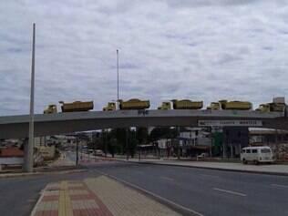 Seis caminhões foram colocados no viaduto