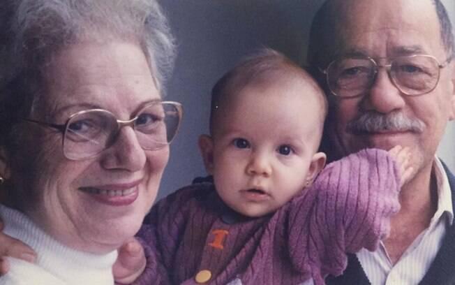 Neste Dia dos Avós, Júlia, 21 anos,  comenta como a avó Marialva, 86, e o avô Glauco, 92, são fundamentais na sua rotina