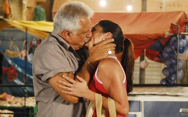 Juvenal (Antônio Fagundes) beija Alzira (Flávia Alessandra) em