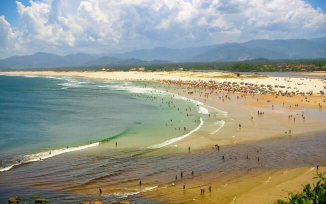 Praia da Guarda do Embaú fica lotada na alta temporada