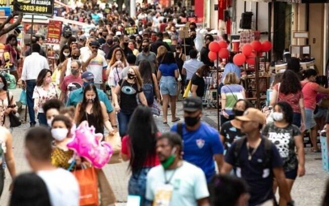 Reabertura acelerada da economia pode explicar o aumento no número de casos entre os mais jovens