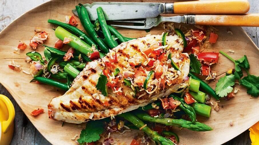 O peixe fica incrível em pratos com salada