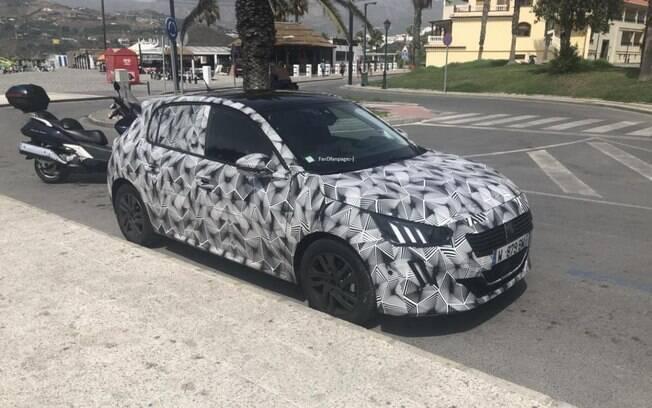 Novo Peugeot 208 é flagrado com disfarces antes de ser mostrado no início do ano que vem, em Genebra (Suíça)