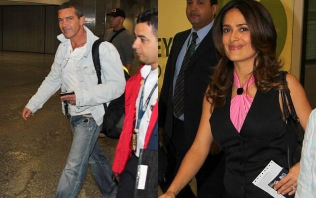 Antonio Banderas e Salma Hayek sorriram aos paparazzi no aeroporto internacional do Rio de Janeiro