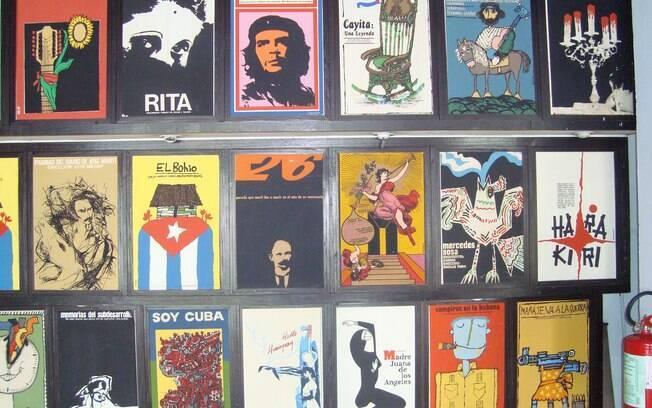Cartazes de filmes cubanos são feitos artesanalmente e se destacam em galerias de arte e nas ruas de Havana