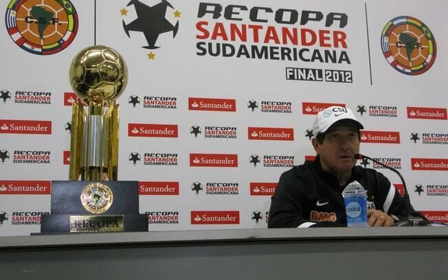 Técnico Muricy Ramalho dá coletiva ao lado da  taça da Recopa Sul-Americana, seu 4° título pelo  Santos