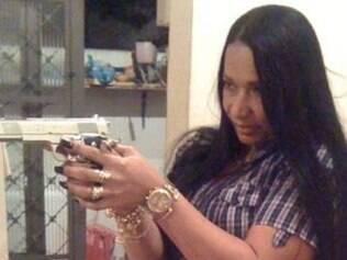Delegada exibe em sua página no Facebook arma usada para atingir suspeito