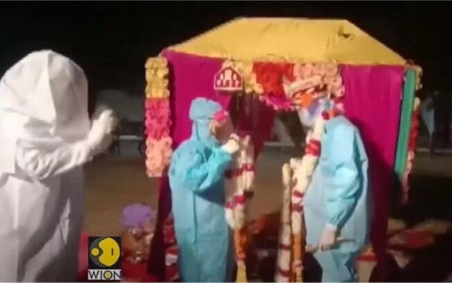 Após a noiva contrair Covid-19, o casal resolveu fazer a cerimônia vestindo trajes especiais