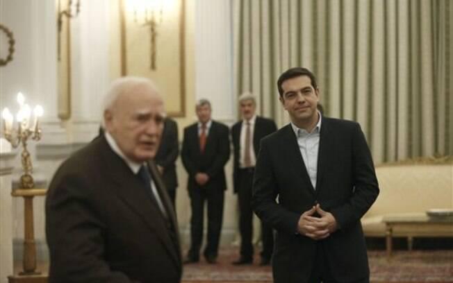 Alexis Tsipras encontra-se com o presidente grego Karolos Papoulias no dia em que é empossado (26/01/2015)