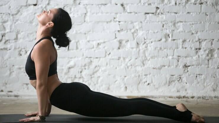 Está sofrendo com o home office? Veja 6 posturas de ioga para alongar o corpo – Delas