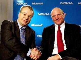 Stephen Elop, CEO da Nokia, e Steve Ballmer, CEO da Microsoft, durante anúncio da parceria, em fevereiro