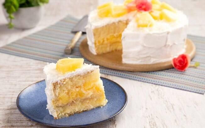 Combinando perfeitamente o sabor cítrico do abacaxi com o sabor adocicado do coco, o bolo de abacaxi com coco é uma ótima opção para a sobremesa