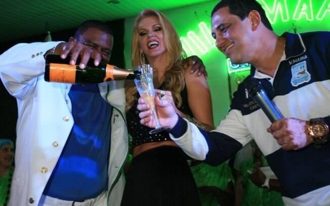 Val Marchiori celebra com Nego(novo interprete da escola) e Serginho(presidente da Vila Maria)