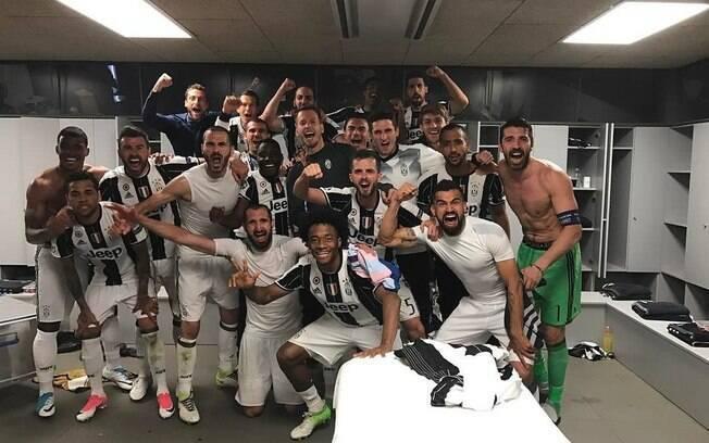 Jogadores da Juventus comemoram classificação no vestiário
