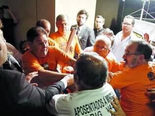 Confusão.  Oposição e aposentados tentaram impedir a reunião da comissão que analisou o projeto