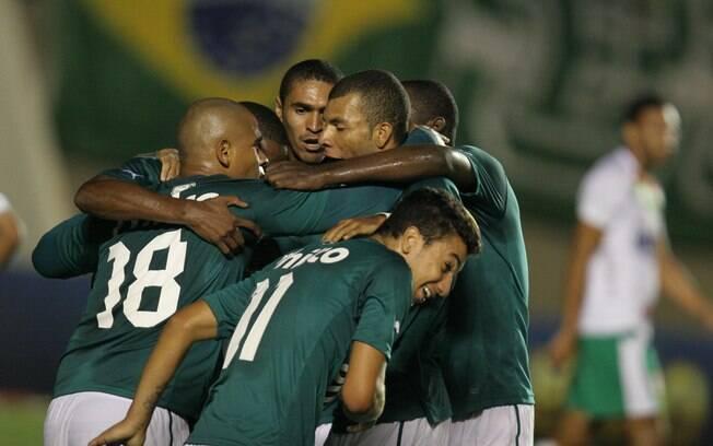Jogadores do Goiás comemoram gol da vitória  sobre a Portuguesa