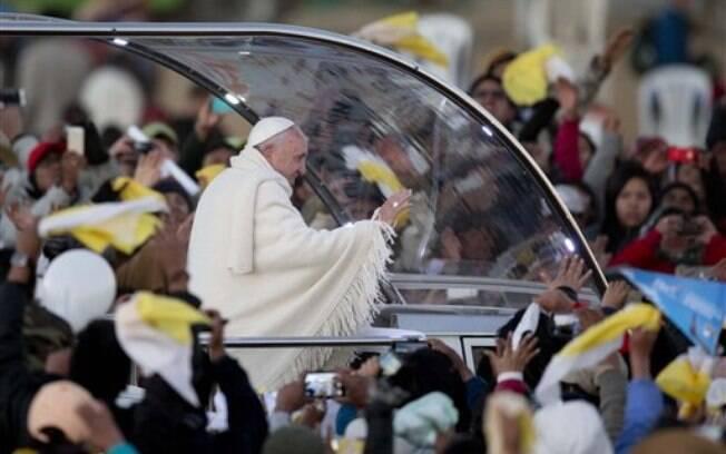 Papa é recebido por fiéis na saída do aeroporto internacional de El Alto, vizinho a La Paz, ao desembarcar na Bolívia, nesta quarta-feira (8). Foto: AP