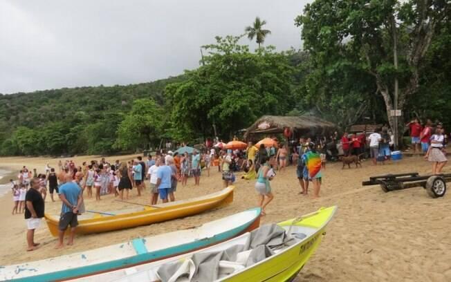 A Festa de São Sebastião, na praia do Bonete, já começou em Ubatuba e reuniu várias pessoas na praia