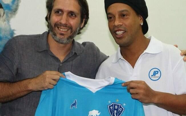 Ronaldinho Gaúcho posa com a camisa do Paysandu. O reforço, no entanto, é para fora dos gramados