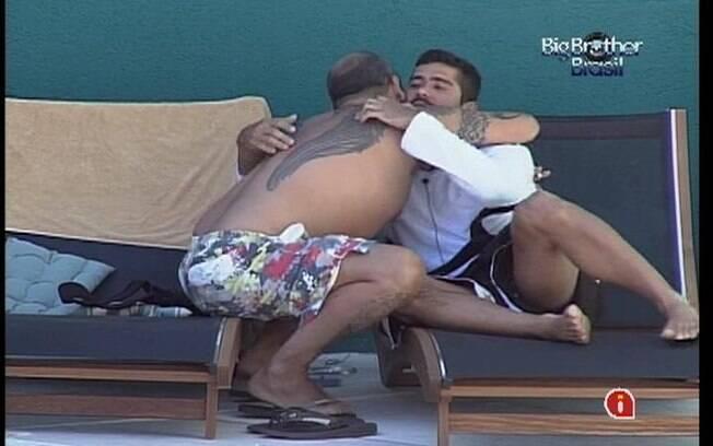 João Carvalho se emociona ao contar para Yuri que votou no rapaz no último domingo (22)
