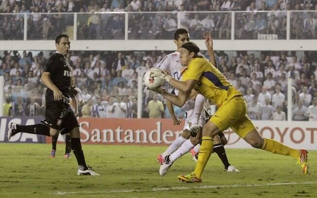 Cássio em ação no jogo de ida contra o  Santos