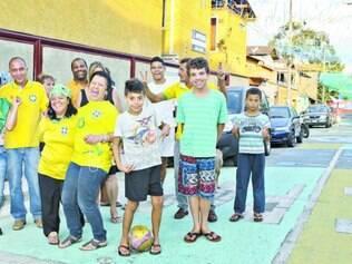 Interação. Vizinhos do bairro JK gastaram R$ 400 para colocar bandeiras e pintar o asfalto com as cores do Brasil