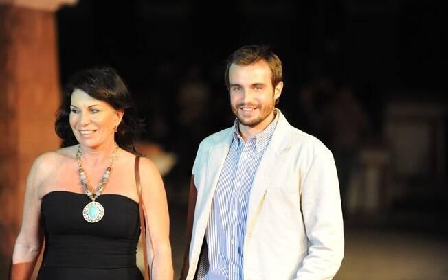 O ator Max Fercondini ao lado da mãe