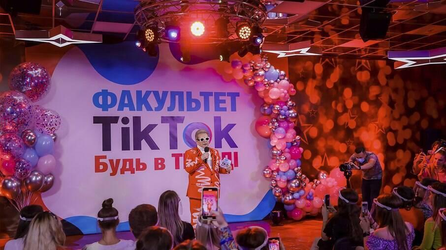 Mykhailo Poplavsky na apresentação do novo curso
