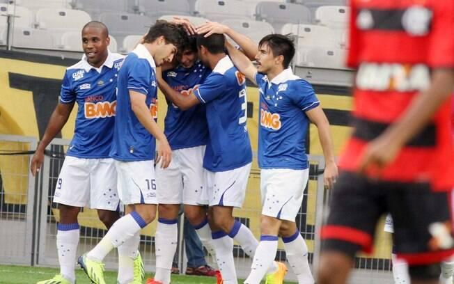 Cruzeiro comemora gol sobre o Flamengo