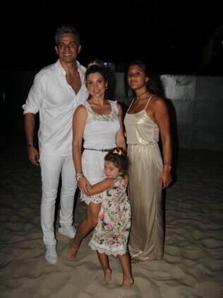 Otaviano Costa, Flávia Alessandra e as filhas na praia de Copacabana