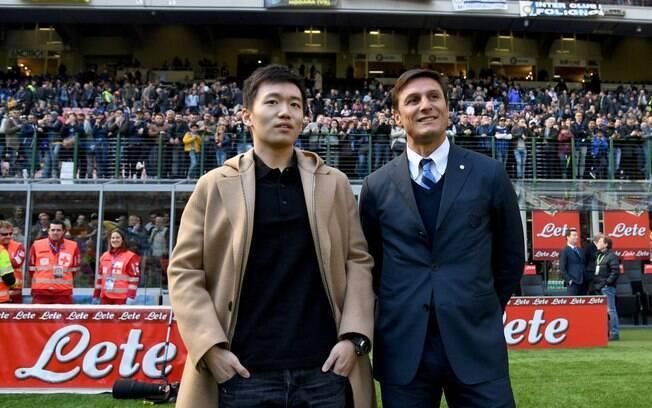 O novo presidente da Inter de Milão, Steven Zhang, ao lado de Javier Zanetti, ídolo da equipe