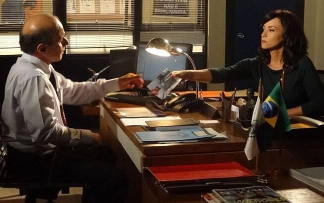 Joana mostra a foto da loira misteriosa ao delegado