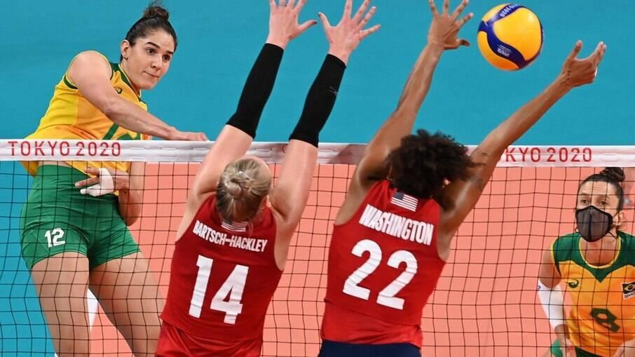 Brasil perde para os Estados Unidos e se despede de Tóquio com prata no vôlei feminino