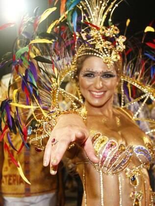 Lívia Andrade desfila como Princesa da Acadêmicos do Tucuruvi