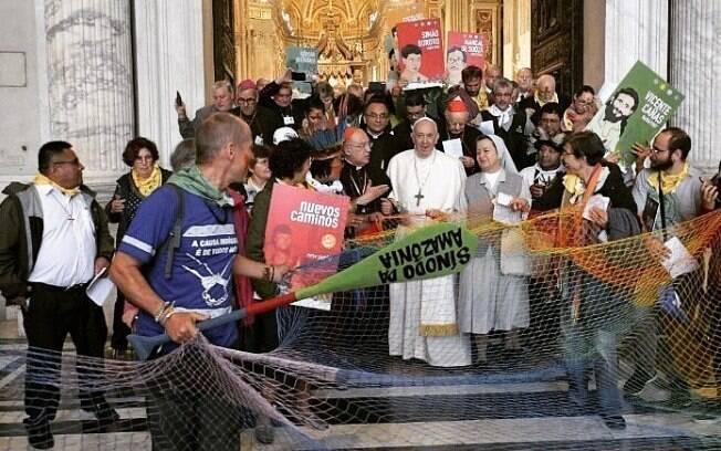 papa Francisco e indígenas no Vaticano