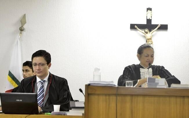 O promotor Henry Vasconcelos (E) e a juíza Marixa Rodrigues durante o terceiro dia de julgamento no Fórum de Contagem (MG)