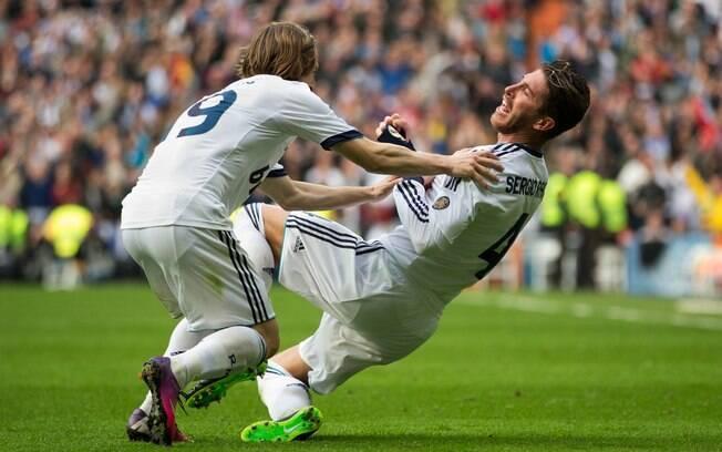 Sergio Ramos comemora seu gol com Modric. O  zagueiro marcou o tento da vitória por 2 a 1 sobre  o Barcelona